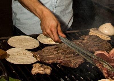 presona-cocinando-carne-asada